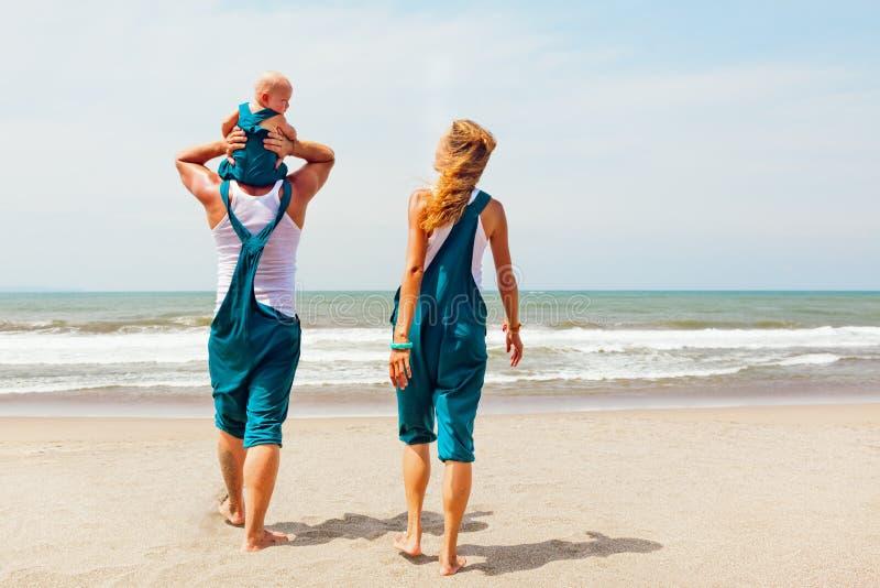 Famille drôle marchant sur la plage de mer photo stock