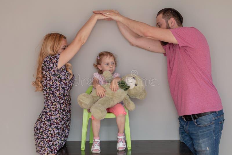 Famille du docteur trois de jeu avec l'ours de jouet Protection de l'amour ceux par l'assurance-maladie ou le concept à la maison image libre de droits