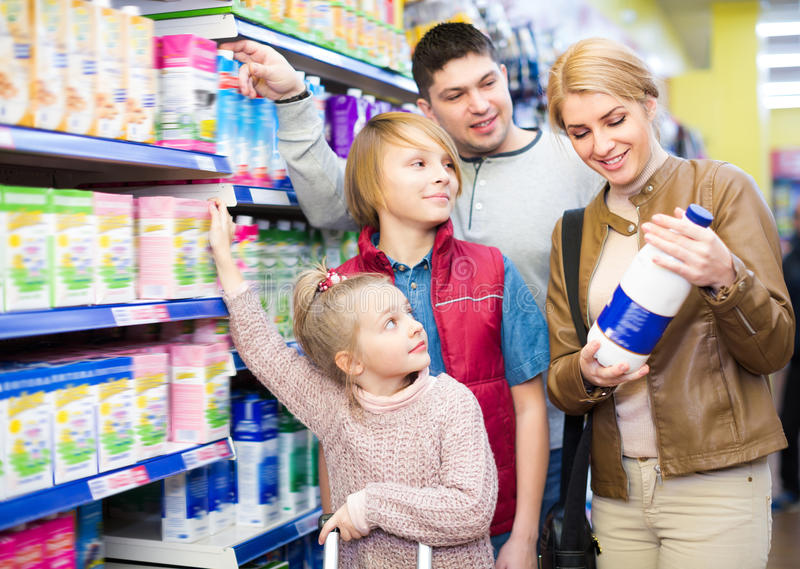 Famille du lait quatre pasteurisé de achat photo libre de droits