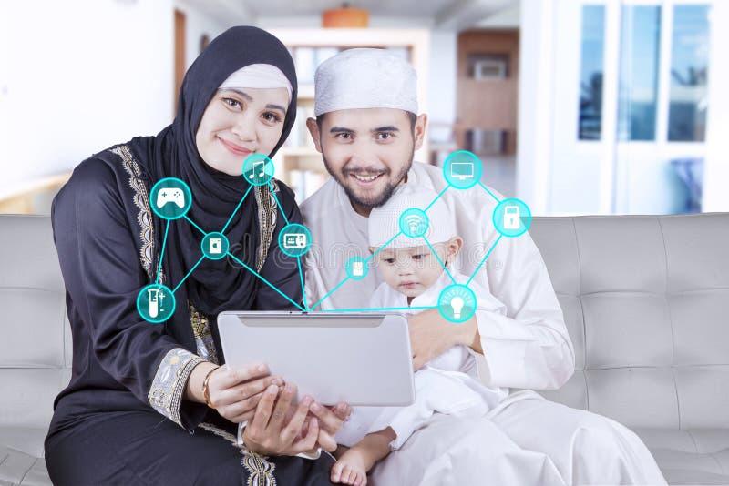 Famille du Moyen-Orient avec le système futé de maison photographie stock