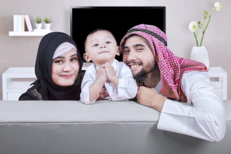 Famille du Moyen-Orient heureuse à la maison photos libres de droits