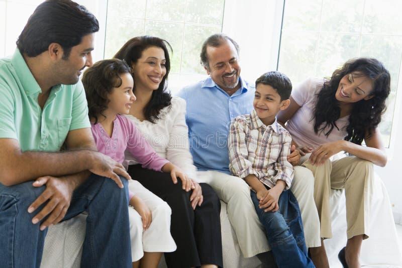Famille du Moyen-Orient s'asseyant ensemble images stock