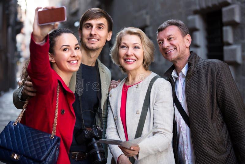 Download Famille Du Selfie Quatre De Prise Dehors Photo stock - Image du photo, américain: 76083790