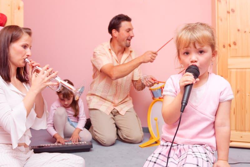 Famille effectuant la musique image libre de droits