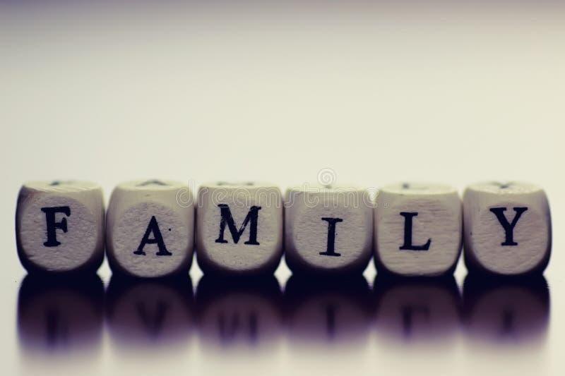 Famille en bois de cube en textes photos stock