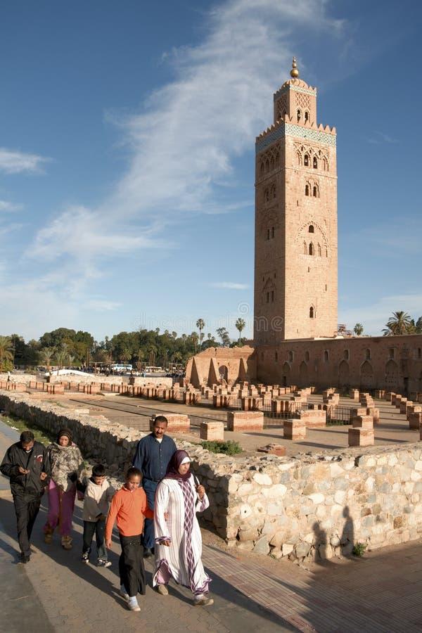 Famille en dehors de mosquée de Koutoubia, Marrakech image stock