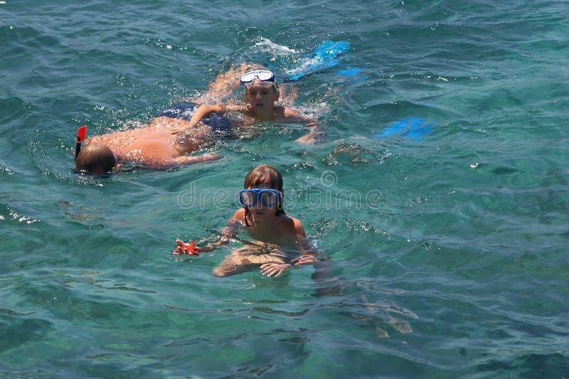 Famille en mer naviguant au schnorchel image stock