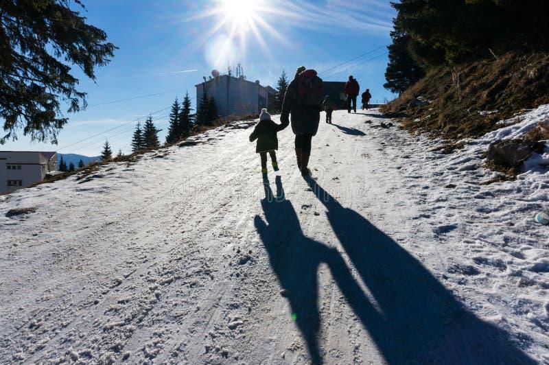 Famille en montagnes de Sinaia, Roumanie images libres de droits
