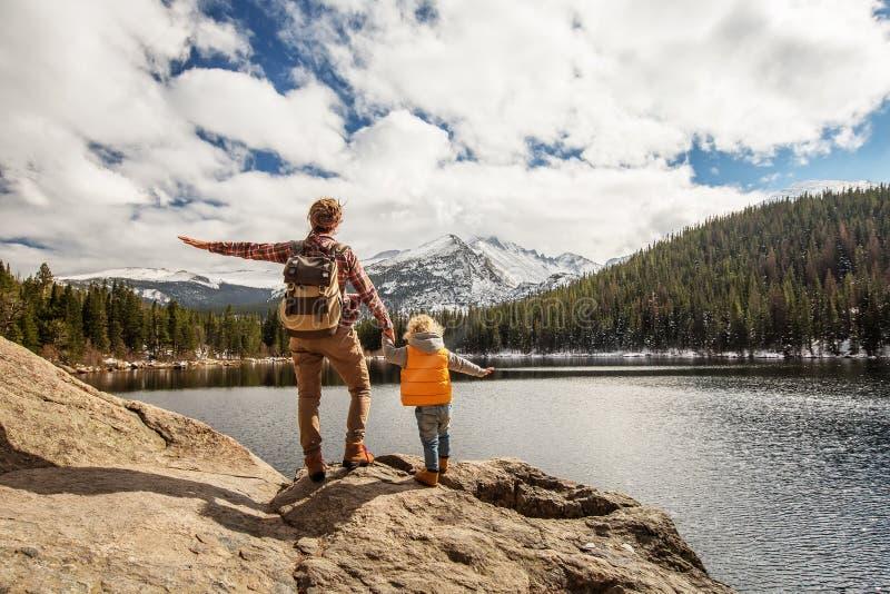 Famille en parc national de montagnes rocheuses aux Etats-Unis photo stock