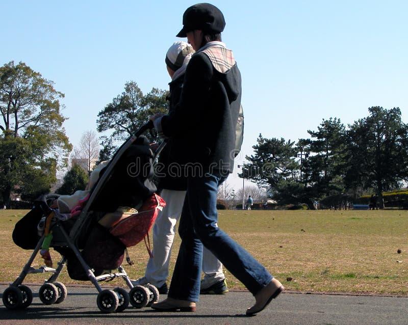 Famille en stationnement image libre de droits