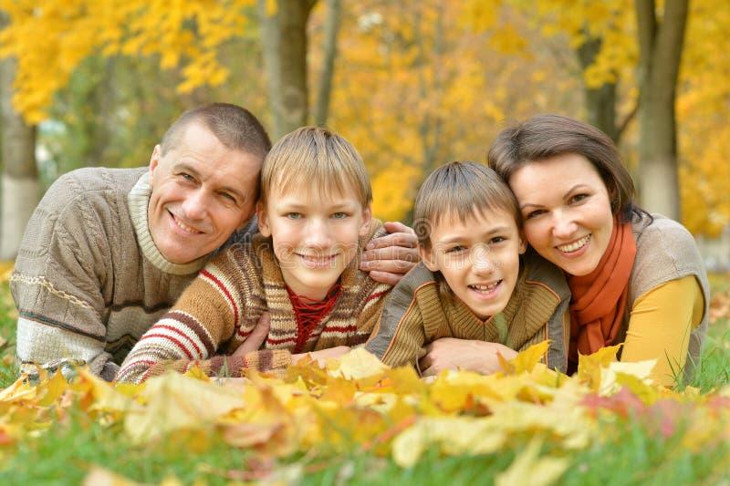 Famille en stationnement d'automne image libre de droits