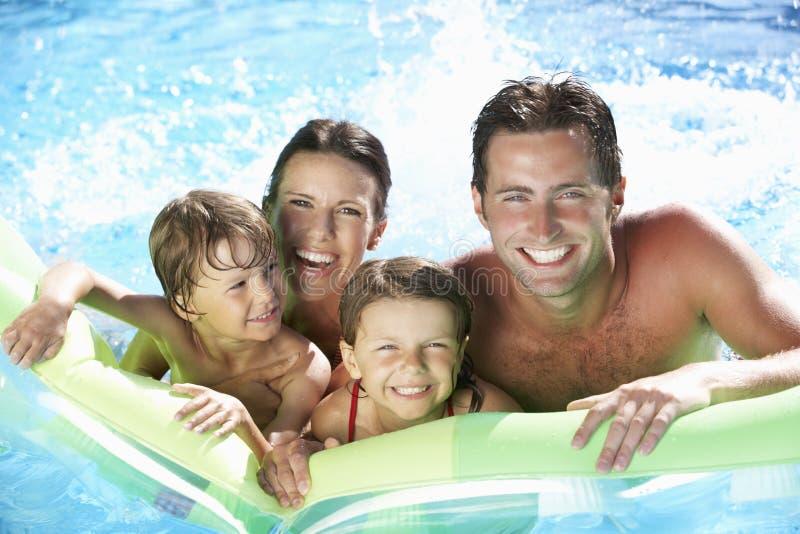 Famille en vacances dans la piscine images stock