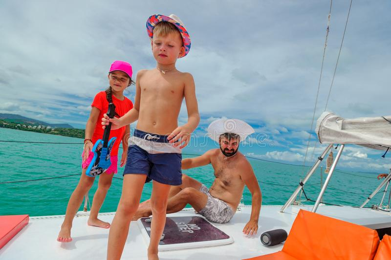 Famille en voyage de bateau image libre de droits