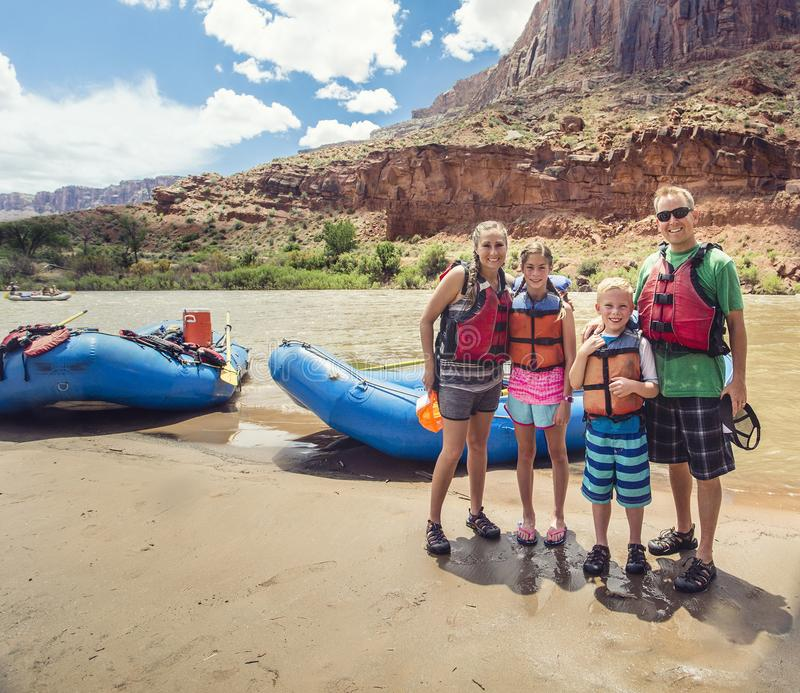 Famille en voyage transportant par radeau en bas du fleuve Colorado photographie stock