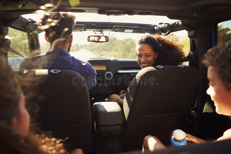 Famille enthousiaste sur un voyage par la route dans la voiture, passager arrière POV images libres de droits