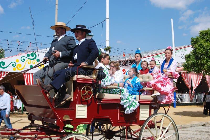 Famille espagnole dans le chariot hippomobile, Séville image stock