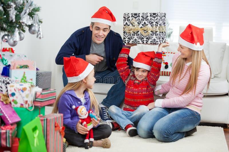 Famille espiègle avec des cadeaux de Noël image stock