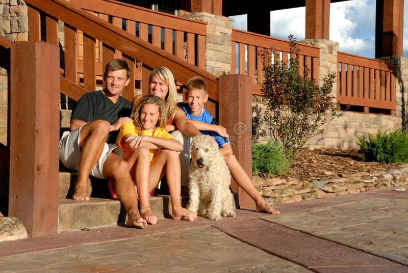 Famille et animal familier heureux images stock
