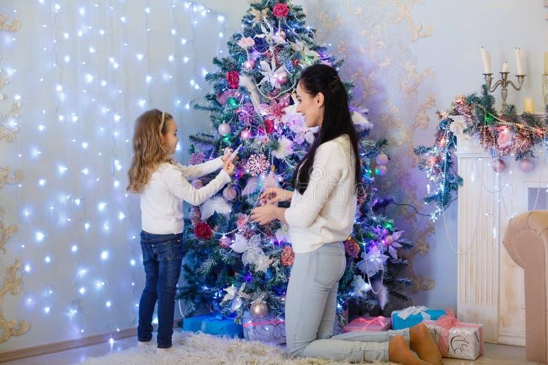 Famille et arbre de Noël heureux image libre de droits