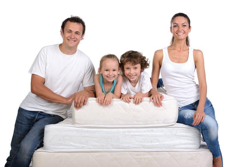 Famille et beaucoup de matelas photos stock