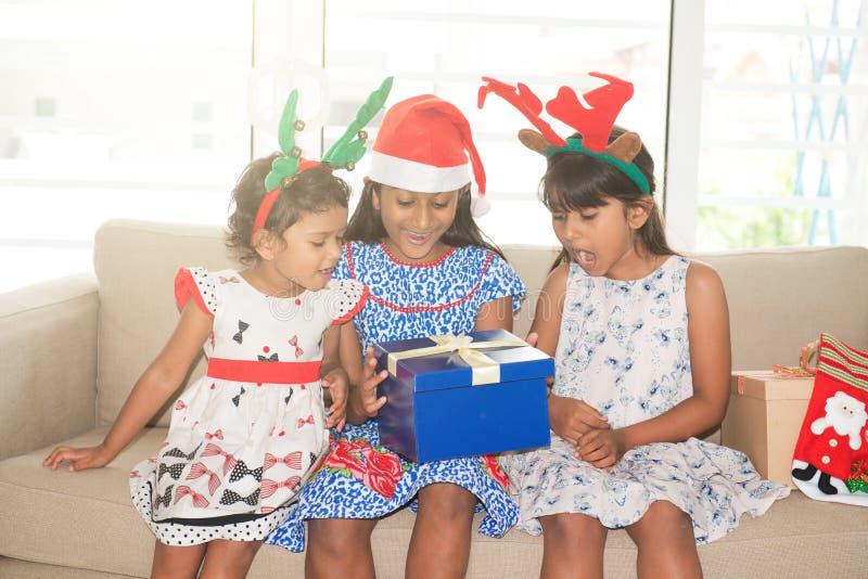 Famille et cadeau de Noël indiens photo libre de droits