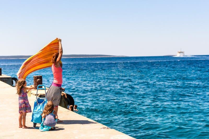 Famille et les gens attendant au ferry-boat de passager de turist photos libres de droits