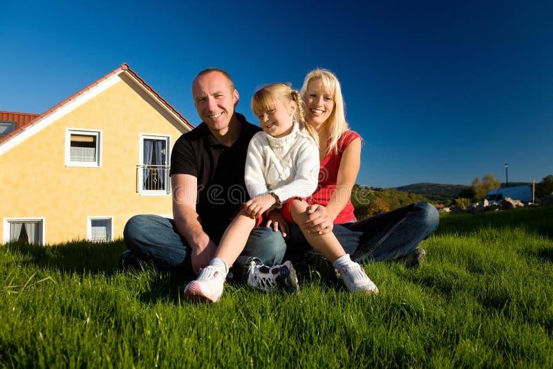 Famille et leur maison photographie stock libre de droits