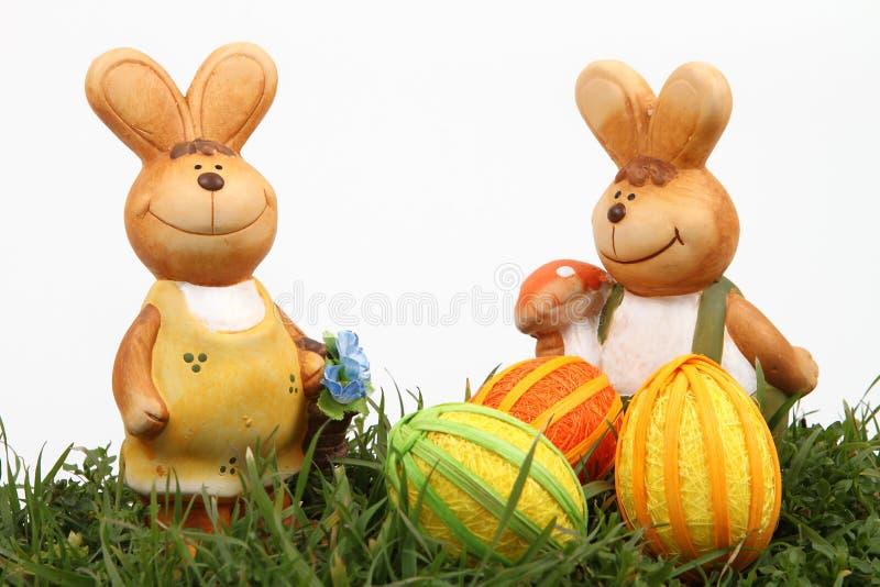 Famille et oeufs de lapin de Pâques image stock
