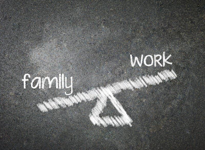 Famille et travail de votre choix écrit avec la craie blanche sur un bla image libre de droits