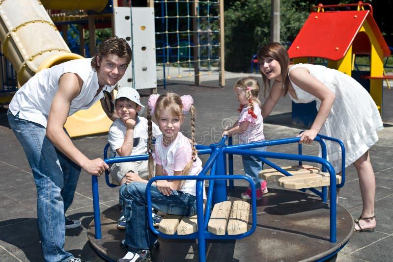 Famille et trois enfants en stationnement. photographie stock libre de droits