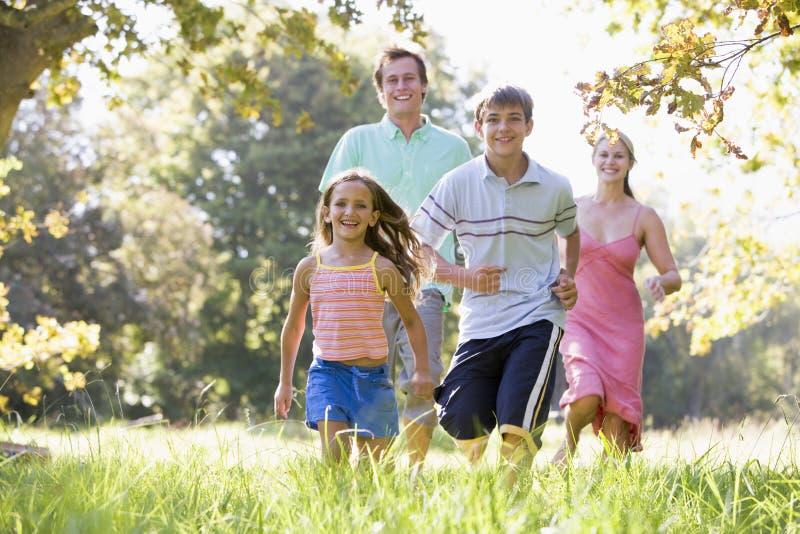 Famille exécutant à l'extérieur le sourire photos libres de droits