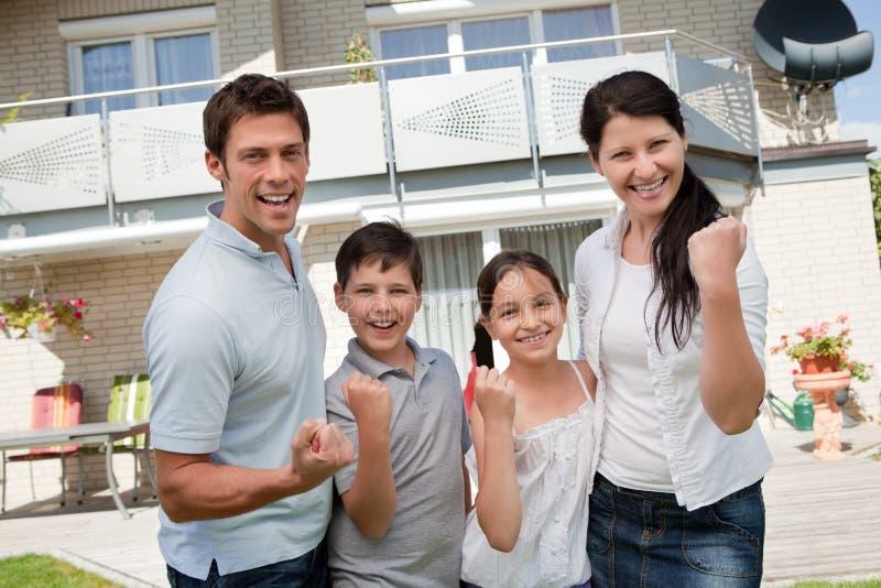 Famille Excited célébrant la réussite photos stock