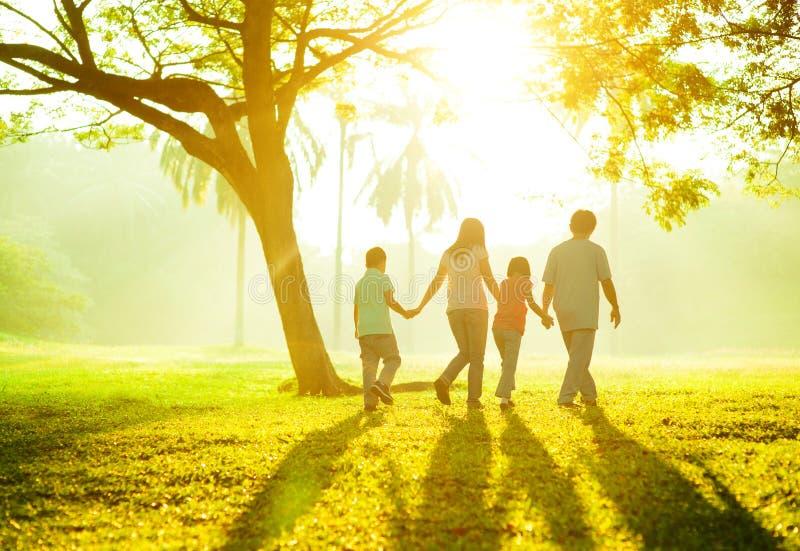 Famille extérieure image stock