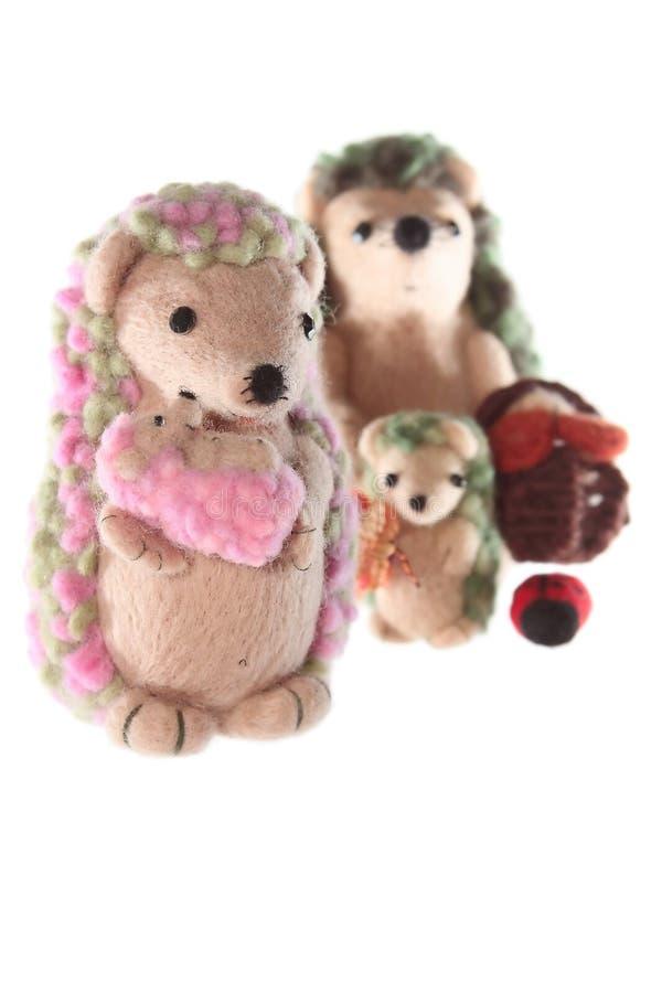 Famille fabriquée à la main de jouet de hérisson photo stock