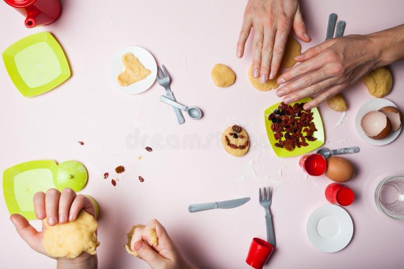 Famille faisant cuire des biscuits de No?l La maman et la fille font la pâte Noël doux, vacances d'hiver photographie stock