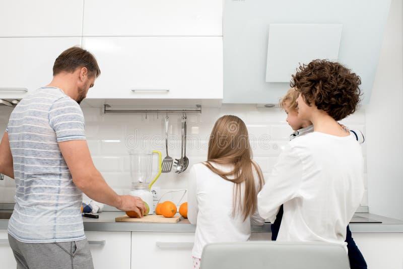 Famille faisant cuire ensemble image stock