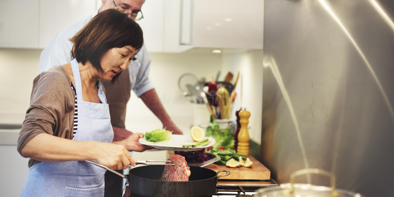 Famille faisant cuire le concept d'unité de nourriture de cuisine images libres de droits