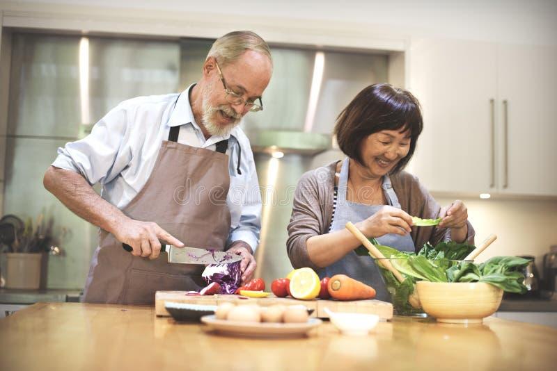 Famille faisant cuire le concept d'unité de nourriture de cuisine image libre de droits