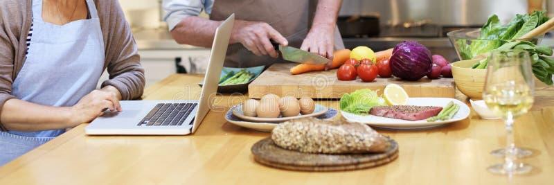 Famille faisant cuire le concept de dîner de préparation de cuisine images libres de droits