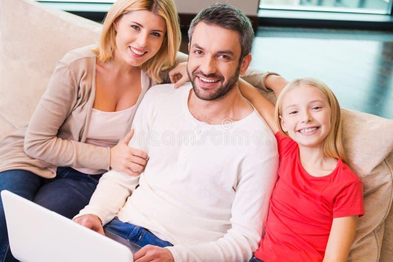 Famille faisant des emplettes en ligne images libres de droits