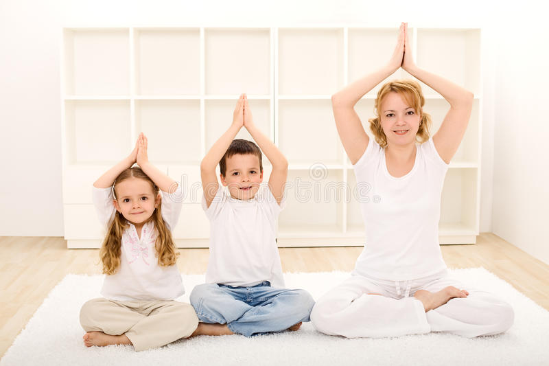 Famille faisant des exercices de yoga photos libres de droits