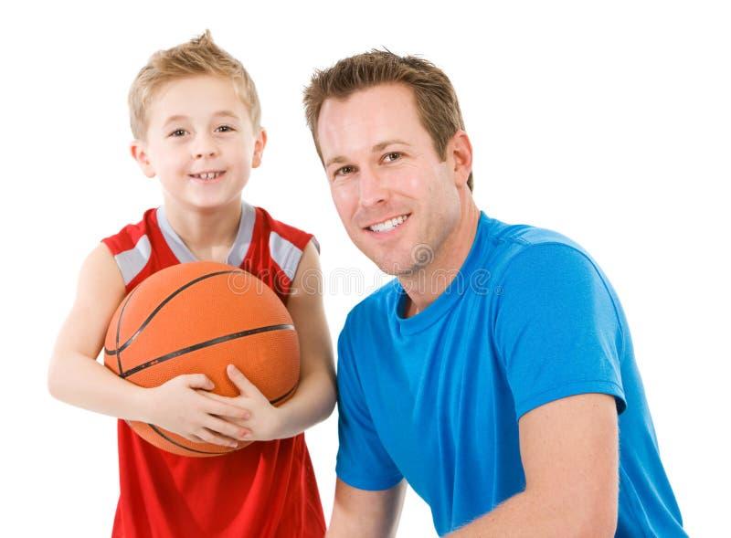 Famille : Fans de basket-ball de père et de fils photos libres de droits