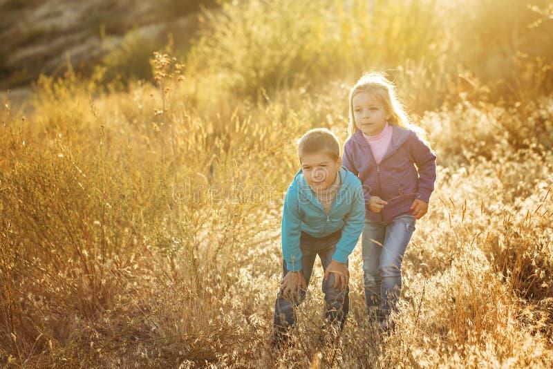 famille Frère et soeur à l'extérieur image libre de droits