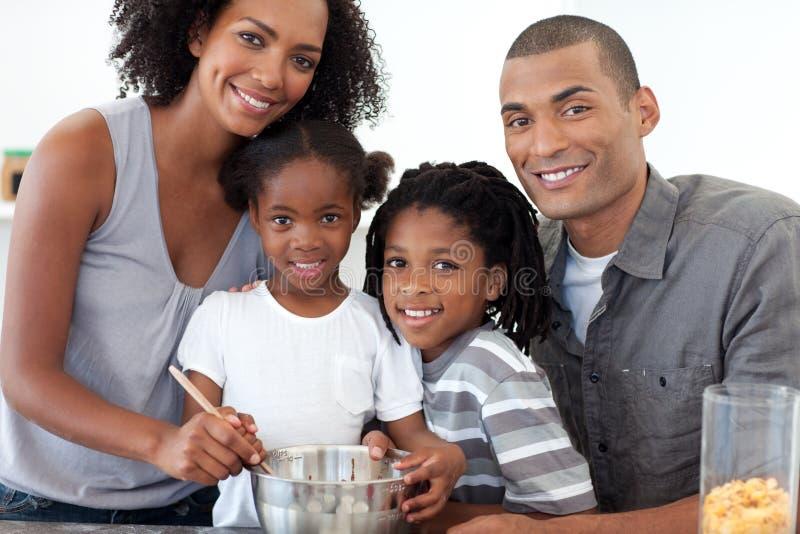 Famille gai effectuant des biscuits ensemble images stock