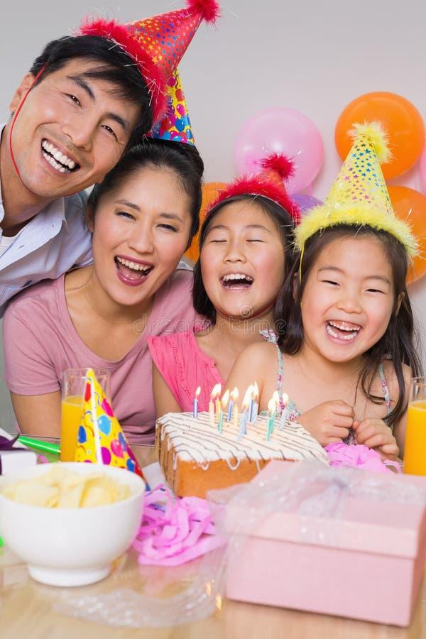 Famille gaie avec le gâteau et les cadeaux à une fête d'anniversaire photos libres de droits