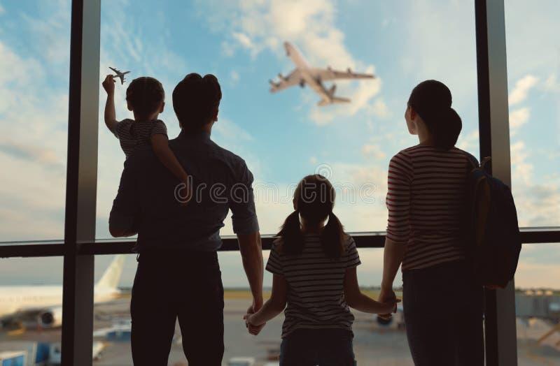 Famille heureuse à l'aéroport  image stock