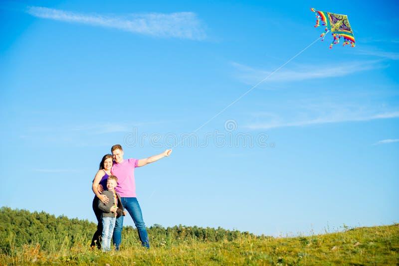 Famille heureuse à l'extérieur images libres de droits