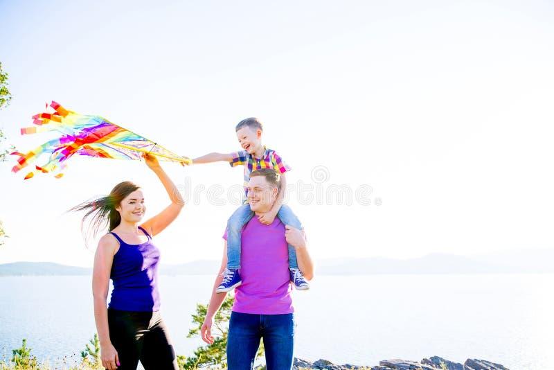 Famille heureuse à l'extérieur image libre de droits