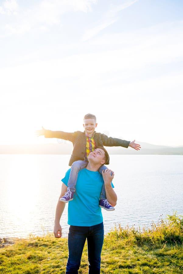 Famille heureuse à l'extérieur photo stock