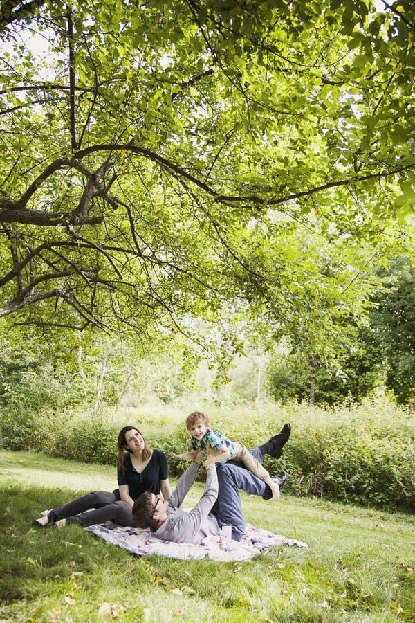 Famille heureuse à l'extérieur images stock